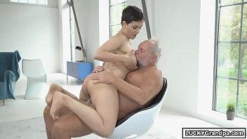 होने सेक्स के साथ एक लड़की छोटे बाल के साथ द्वारा गड़बड़ हो जाता है दादा Xxx