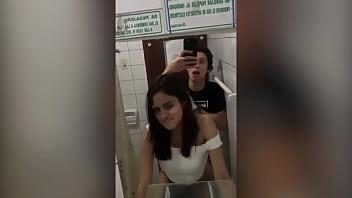 Lucero Sanchez cachando en el ba&ntilde_o
