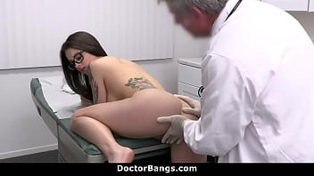 Teen Complies to Undergo a Much More Intimate Physical Exam by Doctor - Maddy May 8分钟