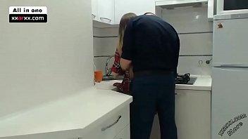 In der Kueche fickt er die feuchte Spalte seiner Schwester - xxaxx.com