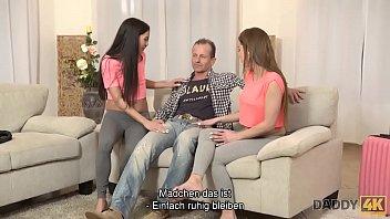 DADDY4K. Zwei Töchter haben Spaß mit Mutters neuem Freund