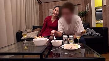 日本的大屁股妈妈,饿着肚子。骗妻被她年轻的情人搞得很厉害。