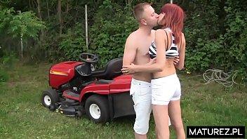 Polskie Mamuśki - Żona bzyka się z młodym ogrodnikiem a jej mąż też chce dołączyć