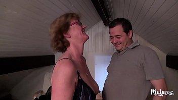 Lucie, mature aux gros seins veut rendre jaloux son mari 15分钟