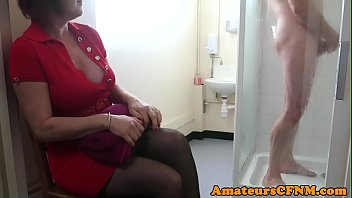 CFNM mature catches sub guy while jerking 6分钟