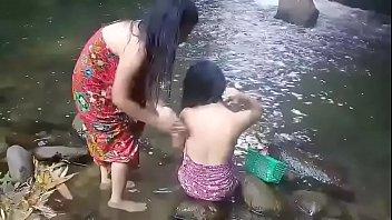 Beautiful girls having bath outdoor 21分钟