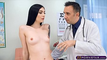 Skinny chick goes to the hospital and fucked hard by the doc 6分钟