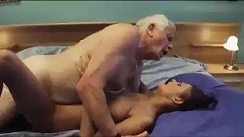 Bunicul isi fute nepoata cea nebunatica si doritoare de pula batrana