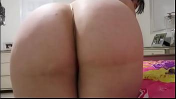 Carmen De luz mueve el culo y se masturba en la cama de su h1ja