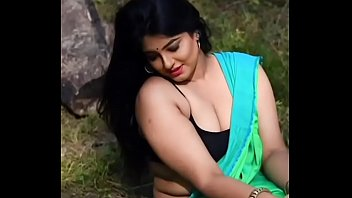 Mallu beautyqueen showing curves and cleavage