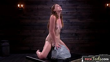 Smalltits masturbating babe riding sybian 10分钟