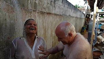 Grandpa bathing the young girl he met on the beach !!! Paty Butt - Old Grandpa - El Toro De Oro 12 min