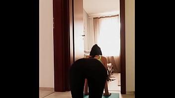 家庭隔离。 在我的瑜伽时间里,他操了我。 业余体内射精