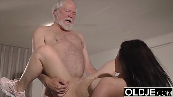 Teen mouth fucked hardcore takes cock deepthroat in old young pussy fuck 10分钟