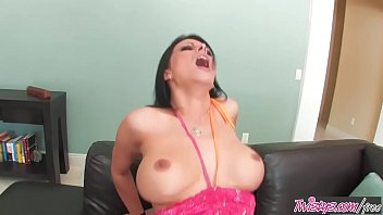 Slutty mom (Bailey Brooks) has fake tits but is dtf - Twistys