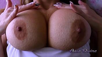 Biondaaliana si masturba le sue enormi tte prima di essere pata – Asia Die
