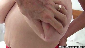 Granny with big tits gets finger fucked by photographer Vorschaubild