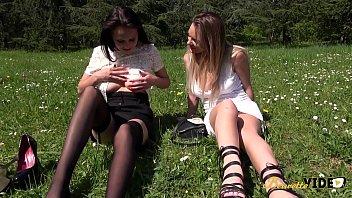 Angie Et Tiffany S'essaient Au Jeux Saphiques Puis Au Plan à Trois