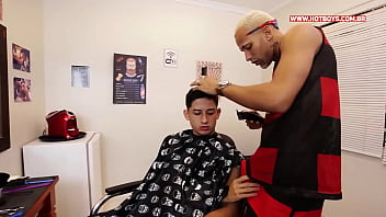 Barbeiro meteu no meu cú com gel de cabelo
