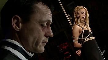 被奴役的美丽作弊者。 第1部分。当超级性感的Nikky Thorne处于束缚状态时,她会被羞辱,悬挂和控制。 12分钟