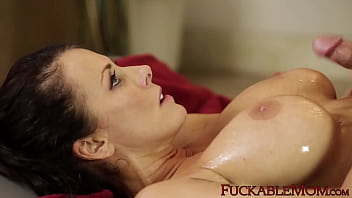 Reagan Foxx takes a young cock deep inside of her wet pussy 6分钟