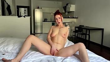 漂亮的妻子独奏手淫和性高潮。克莱奥模型