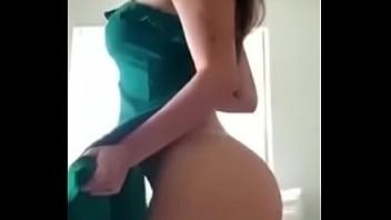 Linda chica brasileña bailando frente a la cámara