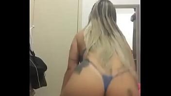 Loirinha de calcinha azul