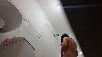la espio en la duchandose despues del colegio