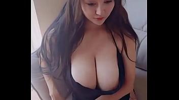 Cô gái xinh đẹp vú to đang thủ dâm và fuck