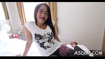 หนังโป๊ไทยสาวน้อยหีสาธารณะนอนให้หนุ่มๆมาเย็ดเล่นซะเสียวซัดกันไปเต็มควย