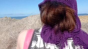 我们躲在岩石后面的海滩上做爱,我的男朋友几乎射在我体内