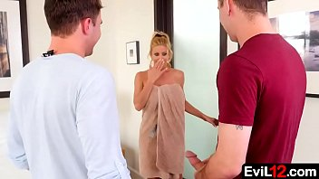 With her husband out of town, this busty stepmom is easy to persuade into an illicit threesome with young stepson and his buddy 6分钟