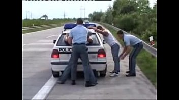 Preso se deja comer del policia
