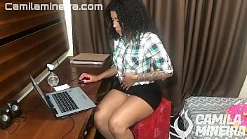 SECRETÁRIA assistindo pornô tem ORGASMO enquanto seu CHEFE espia