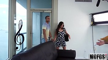 Hot Brunette Scouts a Stranger video starring Gia Paige - Mofos.com 8分钟