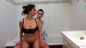 Porno de cougars - Il se fait sucer par sa belle mere avant de la baiser dans la baignoire