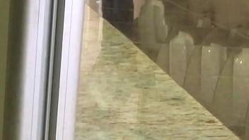 maduro punhetando no banheiro público