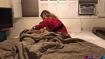 Madrastra comparte cama con su hijastro - Erin Electra