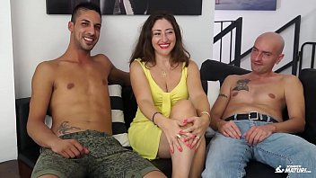 SCAMBISTI MATURI - Cum on tits for brunette mature Italian having a threesome 13 min