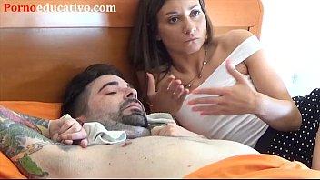 Chica le hace preliminares a un tetrapléjico para follárselo