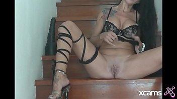 Sex norms Emmaxxx se dilate la chatte et le cul avec un gros gode noir dans son escalier