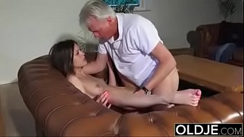 Teen kissing old man Coroa comendo a novinha e gozando na boca www.sexobuceta.com