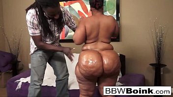 Ebony babe with huge ass gets fucked on the couch Porno indir