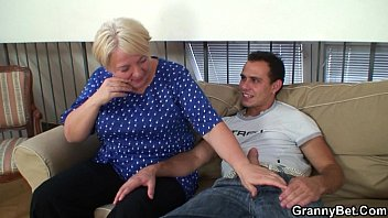Old granny pleases an young guy Vorschaubild