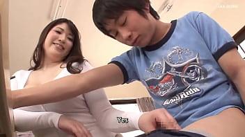 Lo studente sborra sul viso dell'insegnante sotto il tavolo thumbnail
