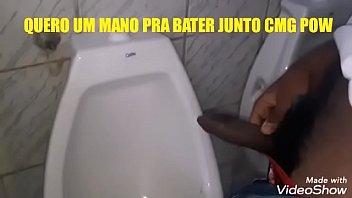 Pentelhudo de PAU DURO no banheiro público