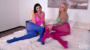 Busty fetish lesbians Kayla Green & Jasmine Jae fill their pinks with toes