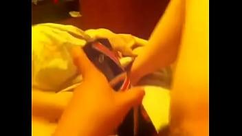 Muy caliente mi amiga se mete el desodorante thumbnail