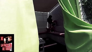 Pareja atrapada teniendo sexo oral en una esquina de la calle, en p&uacute_blico